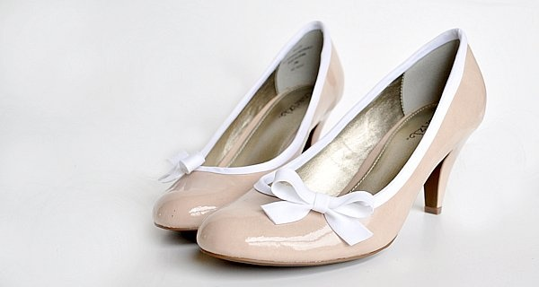 How to Dress up High Heels by destri: Beautifully done! #Shoes #Bows #DIY #themotherhuddle: Diy Dresses, Mothers Huddl, Bias Tape, Dresses Up, Fabrics Glue, Kittens Heels, High Heels, Old Shoes, Pink Shoes