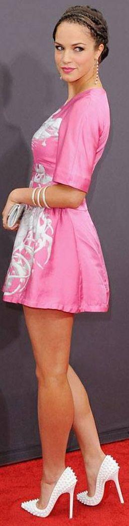 Alexis Knapp. Алексис Кнапп. Актриса Але́ксис Мериза́лде Нэпп — американская актриса, известная по фильмам «Проект X: Дорвались» и «Идеальный голос». Родилась 31 июля 1989 г.