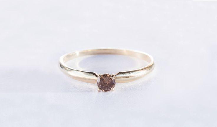 Prsten ze žlutého zlata se vzácným champagne diamantem.   #darek# darecek  #radost #klenotnictvipraha #zlatnictvipraha  #sperky #prsten #zasnubni #snubni #wedding #engagement #diamant #diamantes #diamond #bluediamond #luxus #luxury #willyoumarryme #bridetobe #darecek #proradost #knarozeninam #fashion #kvyroci #zlato #gold #whitegold #bilezlato #svatba #zasnuby #rings #moda #klenotacz #proradost #ozdoby #prejisi