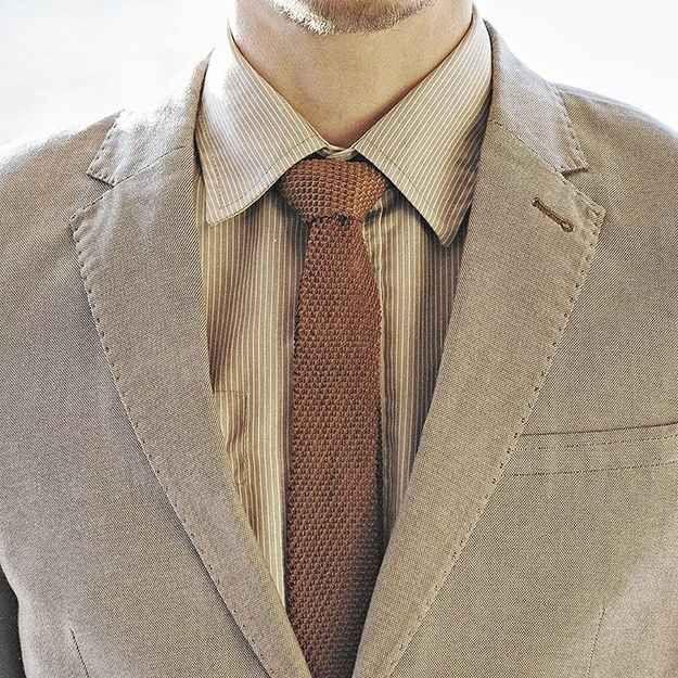 Mantén los cuellos, corbatas y solapas lo más delgadas posibles.