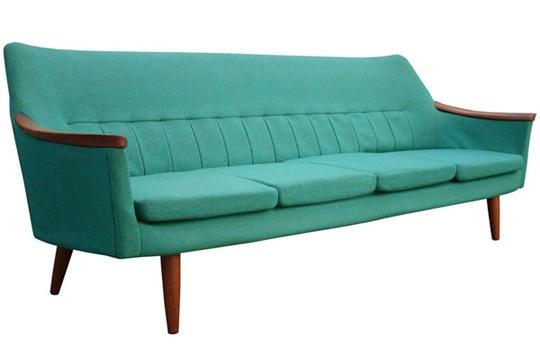 Beautiful stewardessblue couch.