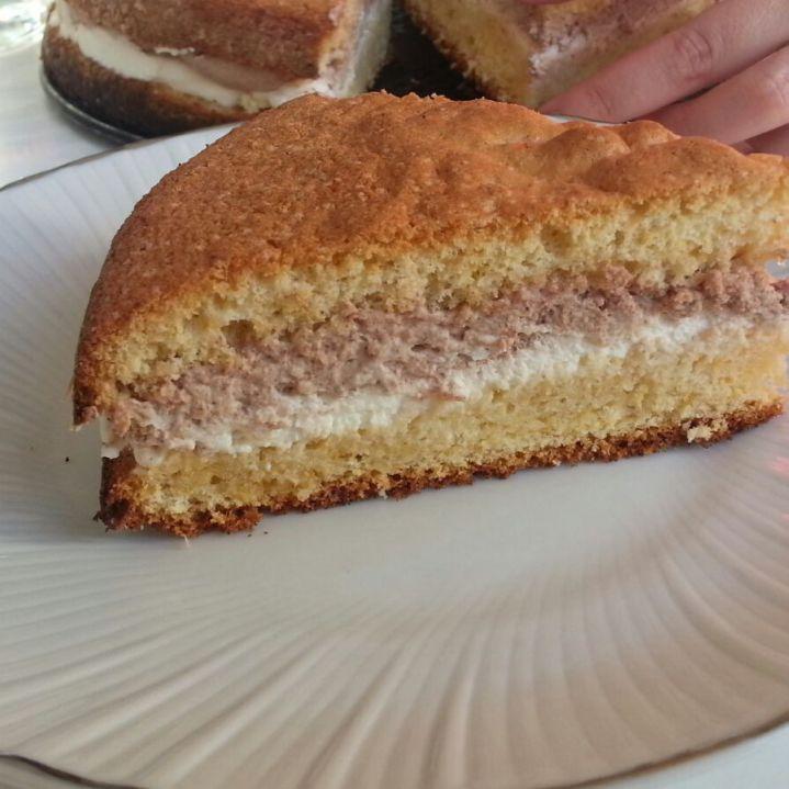 Pastís de trufa clara i nata.   Massini cake. Cake with cream and chocolate cream.
