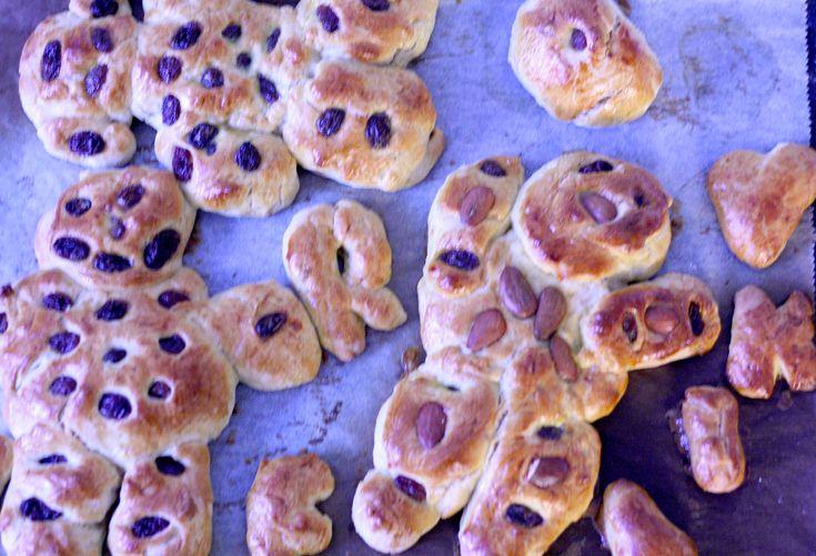Finnish sweet buns - pulla http://umlimaomeiolimao.wordpress.com/2014/12/31/finnish-sweet-buns-or-pulla/
