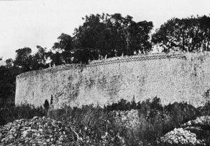 Fotografia storica dell'esterno della cinta muraria del complesso principale di Grande Zimbabwe.