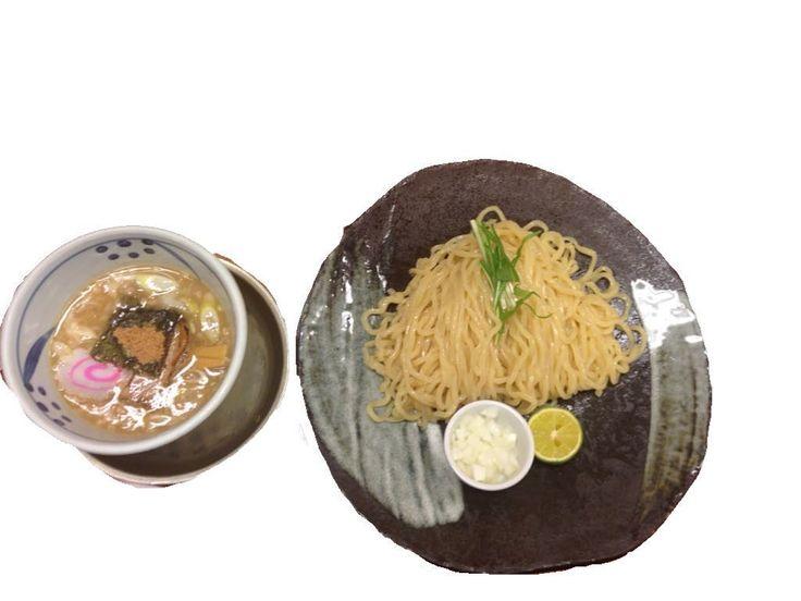 つけ麺750  3段階に分けて味を楽しんで下さい をコンセプトに 1.みじん切りの玉ねぎをスープへ麺 2.すだちをスープに絞って麺 3.黒七味をスープに適量麺  と味をよいしょよいしょと足して変化を楽しみます  麺はツッヤツヤのちゅるちゅる麺歯応えは文句なし スープは豚骨と魚介のハーモニー 混ざり合って絡みつく なんせメンマがでかい これでもかーーーな存在感を発揮 メンマ好きには嬉しい大きさ  最後のお楽しみスープ割もしっかり美味しくとまりませんね  しかし三代目(梅田店)は閉店してしまうんだとか 残念です  つけ麺三代目みさわ  06-6316-0338  大阪府大阪市北区曽根崎2-5-20 お初天神ビル 1F  http://ift.tt/1nBLsGB by ramenwomen