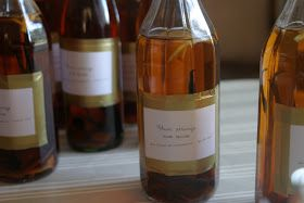 LA RECETTE DU RHUM ARRANGÉ AUX ÉPICES :   La liste des courses :  (pour une bouteille de 1 litre)  75cl de rhum agricole blanc  2 gousse...