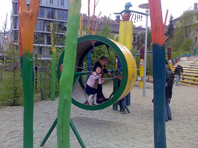 A Millenáris Rendezvényközpont festői parkjában lelhető fel a Zöld Péter játszótér. Egyáltalán nem szokványos! Került bele három ülőhelyes hinta, mókuskerék, halacskás házikó, egy ötletes akadálypálya, de van elvarázsolt kastély és homokozó is, zenélő kúttal. Emellett a hihetetlenül változatos játszószobrok és mászókák órákra lekötik a gyerekeket, akik ha megunják a mászást, lelkesen gyönyörködnek a mesterséges tó hatalmas aranyhalaiban, koi pontyaiban is.