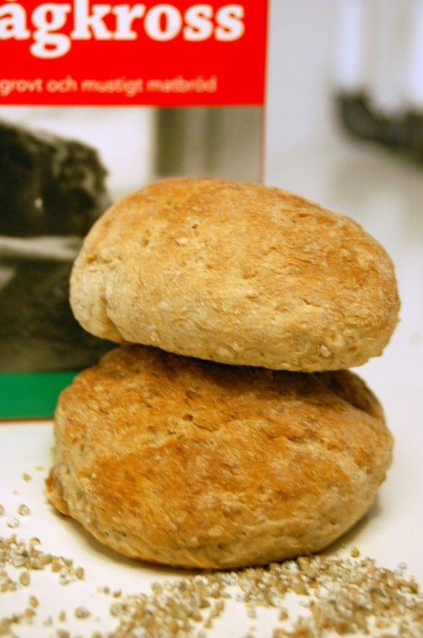 Rågkross gör brödet extra grovt och knaprigt och den här varianten känns både luftig och saftig, trots alla fibrer. Det bästa av två världar helt enkelt.  5 dl vatten 50 g jäst 3 msk mörk sirap 1 1/2 tsk salt 1 msk brödkryddor 3 dl grovt rågmjöl 1 dl rågkross ca 8 dl vetemjöl  Börja med at