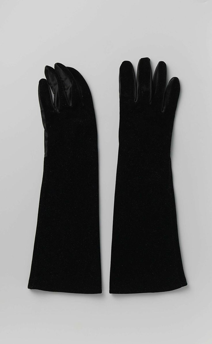 Alexandrine (winkelbedrijf) | Handschoen van zwart fluweel met vingers en handpalm van zwart satijn, Alexandrine (winkelbedrijf), c. 1950 - c. 1960 | Linker handschoenen van zwart fluweel, vingers en handpalm van zwart satijn.