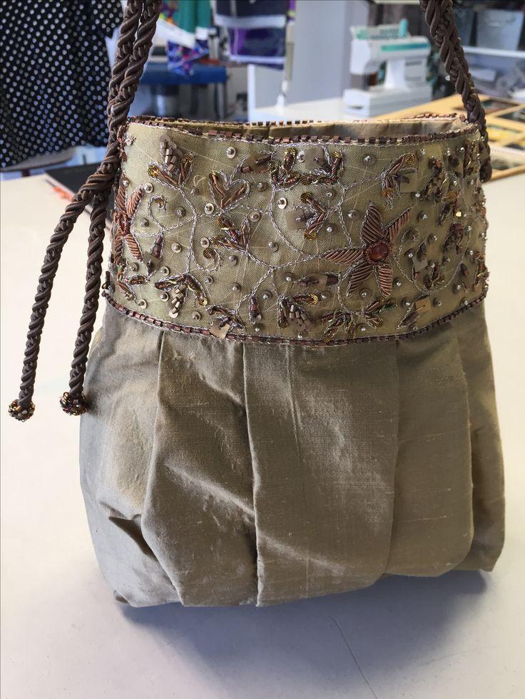 Handbag, dupion silk. Hand embroidery. reliefbyjunker.dk