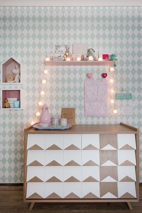 Quarto de bebê menina - Decoração moderninha - Rosa e verde - Cômoda trocador ( Projeto: Triplex Arquitetura | Fotos: Manu Oristanio )