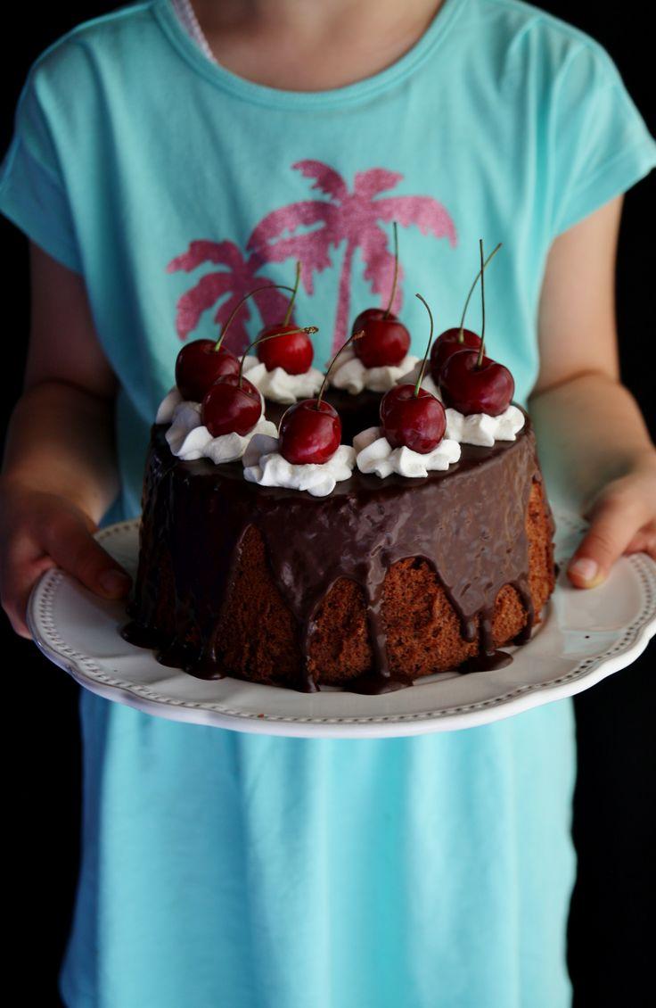 Chiffon cake al cacao, glassa al cioccolato e ciliegie