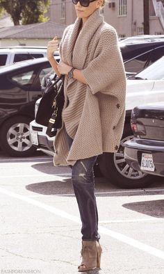 An oversized sweater can be so charming and cozy. This is how to do it with narrow pants and heels. Oversized sweaters need the height of a heel. The fact that the sweater is in a neutral, lighter color makes the whole thing seem less heavy.