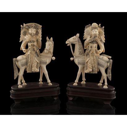 Pareja de guerreros chinos a caballo, tallados en marfil sobre peana de madera, con gran detalle en trajes. Con certificado de antigüedad. Medidas sin peana: 16x11,5cm.