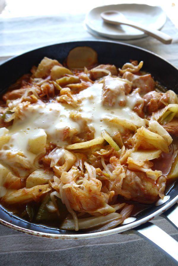 野菜たっぷりのタッカルビ。  鶏胸肉でも漬け込むのでしっとり仕上がります。  チーズとのコンビもめっちゃ合う★  冷蔵庫の残り野菜をどんどんいれて。    残ったスープで雑炊、麺も楽しめちゃいます♪
