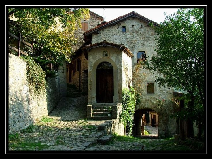 la scola meraviglioso borgo medioevale