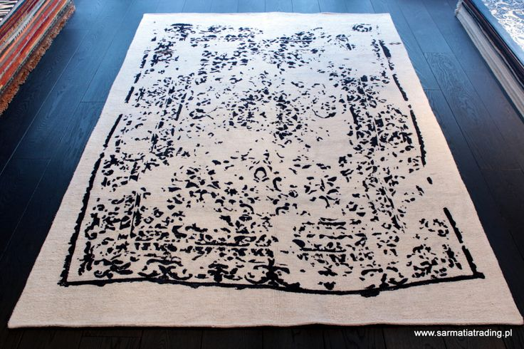Turecki dywan wykonany jest z włókna konopi. Podszyty jest bawełnianym materiałem, co wzmacnia jego strukturę. Luźny splot powoduje, że dywan jest gładki, dość miękki i lekki. http://www.sarmatiatrading.pl/sklep/dywany-vintage/kirkit-sengafl/