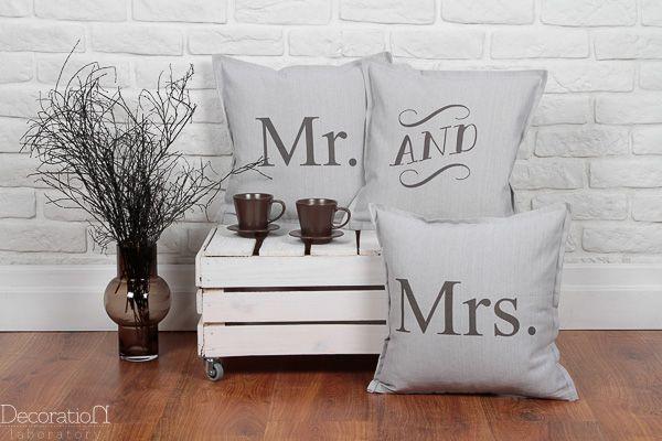 """Poduszki Mr & Mrs - pomysł na prezent ślubny Zestaw trzech poduszek """"Mr & Mrs"""". Grafika drukowana na wysokiej jakości tkaninie bawełnianej (szara) i bawełniano-lnianej (beżowa). Wymiary: 40×40. Produkt, idealnie nada się do dekoracji kanapy w salonie, lub łóżka w sypialni. Jest to świetny prezent dla Młodej Pary. Produkt sprzedawany z wypełnieniem. Dostępny kolor szary i beżowy. Dostępne w butiku Madame Allure!"""