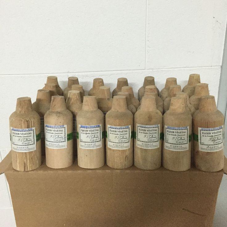 Un stock de vieux flacons d'Elixir Végétal de la Grand #Chartreuse en provenance d'Italie
