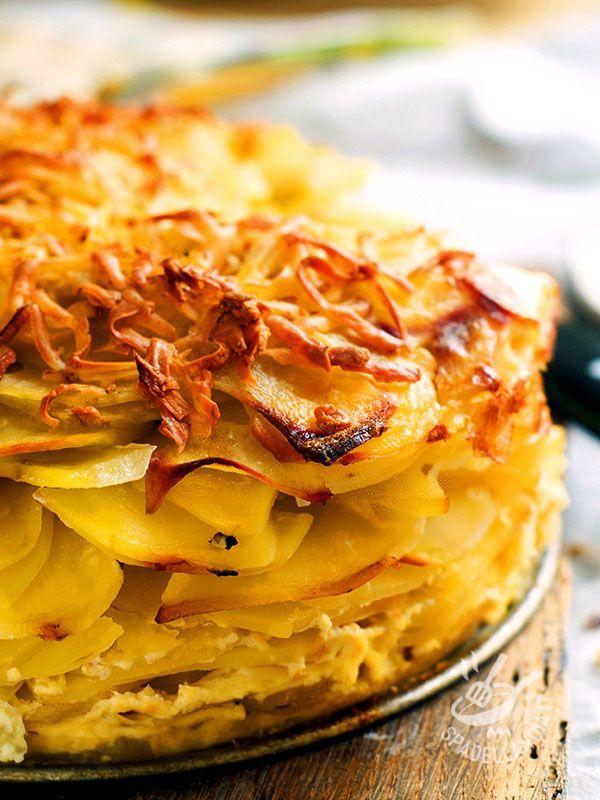 Mess of potatoes and onions - Ci sono piatti che sembrano usciti dal forno della nonna, con la loro semplicità e autenticità. Con la loro crosticina croccante invitano al primo morso! #millefogliedipatate