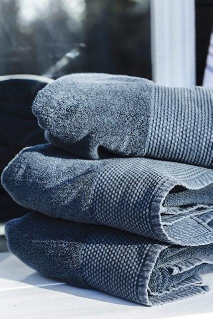 Marseille håndklær i vasket blå farge.  www.homeandcottage.no