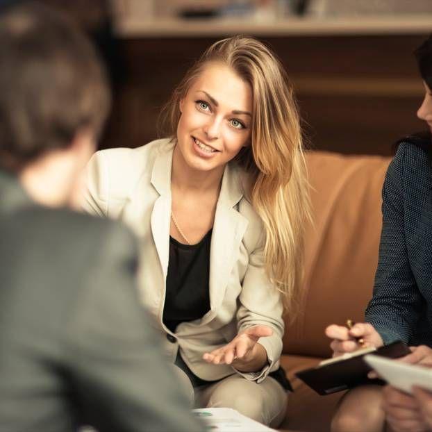 Laut einer Studie tragen Frauen in Führungspositionen häufig eine ganz bestimmte Haarfarbe ...
