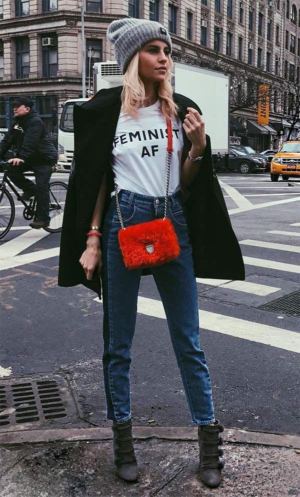 Street style look com gorro e bolsa vermelha.