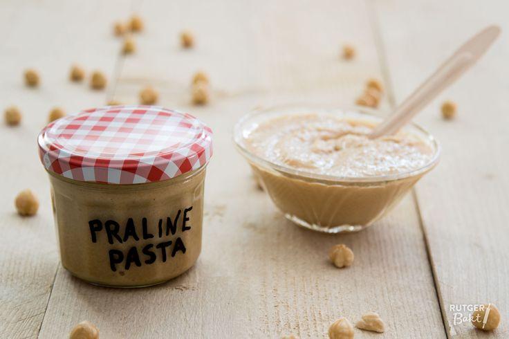 Deze pralinépasta met karamel is echt superlekker en kan je voor veel verschillende bereidingen gebruiken.