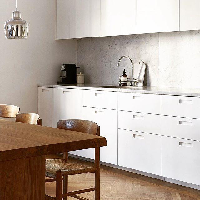 J39 provides a fine-looking contrast to this contemporary minimalist kitchen. Image via cocolapinedesign.com #fredericiafurniture #amodernoriginal #designcraft #danishdesign #danskdesign #borgemogensen #børgemogensen #j39 #diningchair
