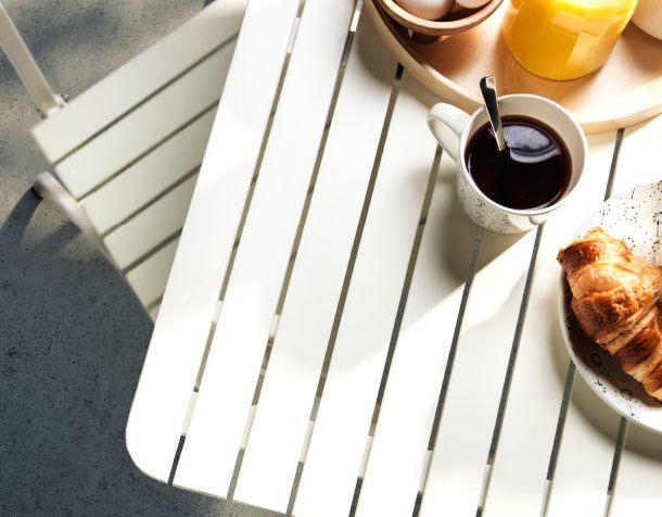 Белый стол, накрытый к завтраку