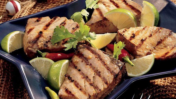 Darnes de thon grillées marinées à la lime et au gingembre.
