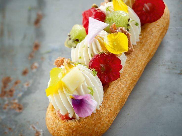 Au cœur de cet éclair, la traditionnelle ganache laisse place à une fine brunoise de fruits frais et acidulés. La fraise et la…
