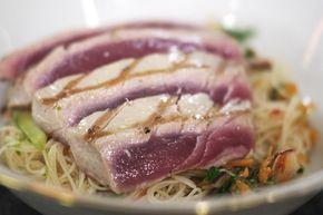 Tonijn is een luxeproduct dat je beslist niet elke dag hoeft te eten. Maar, heel af en toe mag je je eens laten verleiden om zo'n stukje edele vis op de tafel te zetten. Jeroen bereidt de vis het liefst zo puur mogelijk, zodat je volop van de smaak kan genieten. Bij de tonijnsteak hoort een Thais geïnspireerde noedelsla met een pittige dressing en veel verse groene kruiden.