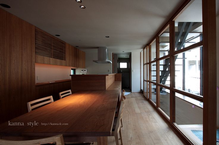 京都府の新築物件。チーク材を使いキッチンカウンター一体のダイニングテーブルなどを製作。 | kanna