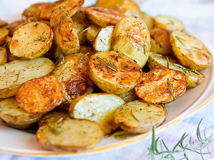 Rosmarinkartoffeln    Rosmarinkartoffeln gehören zu den Klassikern der europäischen Küche, was bei ihrem phantastischen Geschmack auch nicht weiter verwunderlich ist.    http://einfach-schnell-gesund-kochen.de/rosmarinkartoffeln/