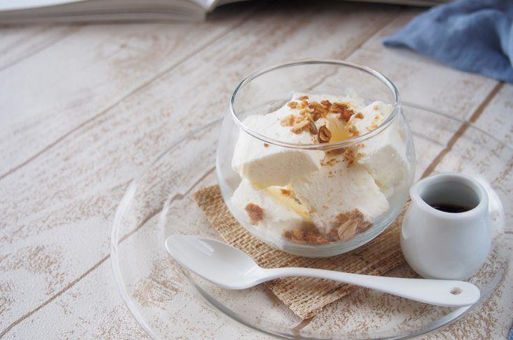 こんにちは、えみ(@himawari_emi)です。 お菓子づくりをしていると、卵黄しか使わないレシピも多く、余った卵白どうしよう…?と思ったことはありませんか? 私も、お菓子づくりを始めたばかりのころは、どう使えばいいんだろうと悩むことも多々ありました。 卵白消費の有名なお菓子と言えば、フィナンシェ・ダックワーズ・メレンゲクッキーなどがありますが、この3つの共通点は「どれもオーブンを使うこと」です。暑い夏にオーブン料理は正直避けたいところ。 今回は、そんな暑い夏にぴったりの「冷たい卵白デザート」をご紹介させていただこうと思います。見た目はまるでアイスクリーム、しかし食べてみると卵黄を使用しないため、味も触感も軽くさっぱりひんやりデザートです。特別な材料も使わなく、つくるのも簡単な夏スイーツ。是非お試しください!  材料(23cm×19cm×5cmのバット1個分)  ・生クリーム……150cc ・卵白……2個分(60gほど)※多少増減しても問題ありません ・クリームチーズ……60g ・砂糖……70g 下準備 ・クリームチーズを常温に戻しておく…