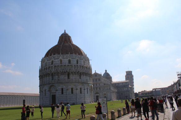 A cidade de Pisa na região da Toscana na Itália, é famosa pela torre inclinada, é também a terra de Galileu Galilei e de Leonardo da Vinci. O bom de Pisa é que os monumentos principais estão localizados bem pertinho um do outro.