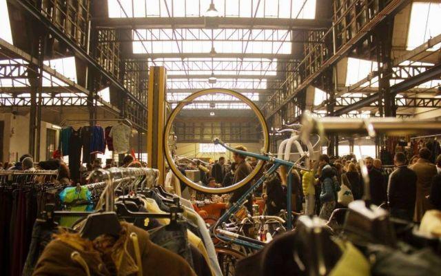 East Market: torna a Milano il mercatino più british Ispirato ai mercatini dell'East di Londra e a quelli di Brooklyn della città di New York, East Market è diventato oramai un riferimento mensile nel panorama dei mercatini di Milano. #eastmarket #mercatinodellepulci