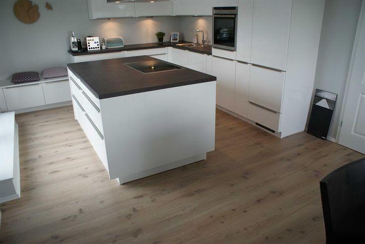 Küche weiß mit hellem Holzboden