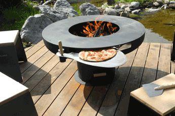 Schweizer Gartengrill mit Pizzaofen von ASGARD. Feuerherd, Schweizer Design-Produkt zum Braten, Garen und Rösten am Feuer, mit Pizzaofen, Steamer, Paella Pfanne, Fisch-Garbrett. Für gemütliche Fondueabende.  #keltisch#feuerherd#gartengrill#swissmade#barbeque#grilltisch#swissmade#stahlkunst#designprodukt#steamer#fondue  www.wohn-punkt.ch
