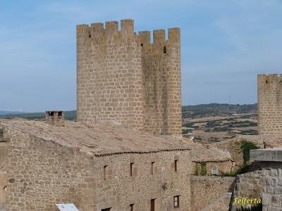 La torre parece formar parte de la vivienda :: Artajona