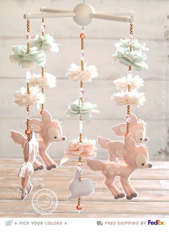 Ich bin stolz darauf, Ihnen das Lolly Tuch Fawn Handy, Handarbeit mit den besten zertifizierten Stoffen in Schattierungen von Rosa, Mintgrün hellgrün, weiß und grau zeigen. Die Blüten sind handgefertigte Blütenblatt von Blütenblatt. Die obere Bügel ist in weiß (anpassbare) gestrichen. Erhältlich in zwei Versionen (mit oder ohne Swarovski® Kristallen), dieses kostbare Mobile Charme zu Ihrem Baby Mädchen Kinderzimmer Dekor hinzufügen. Es helfen, die Entwicklung der visuellen Fähigkeiten des…