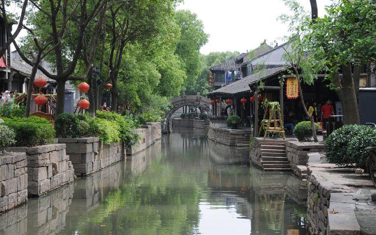Jour 04 SHANGHAI – LUZHI – SUZHOU Départ par la route vers Suzhou (1h20 de route). Vous visiterez la bourgade de Luzhi. Construite sur des canaux, elle témoigne du passé des villes d'eau de la région avant le développement économique et urbain.