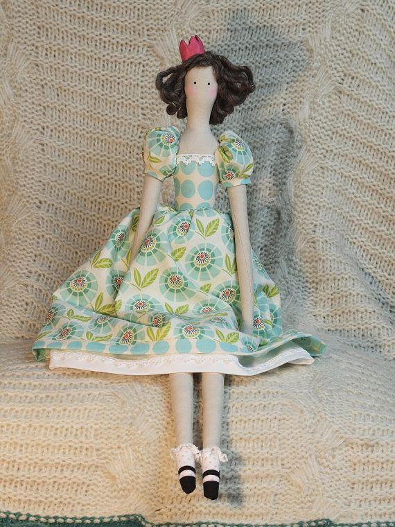 Princesa Annie le encanta leer y siempre se imagina a sí misma en un cuento de hadas. Su lugar preferido para leer es debajo de un árbol con la suave brisa que sopla su pelo y las mariposas flotando hacia abajo para un breve descanso en su vestido.  Princesa Annie es una muñeca estilo Tilda de tela. Ella dobla en la cadera y las rodillas. Sus ropas son permanentes. Ella es 22 de largo de corona puntas de dedo del pie y está llena de amor.