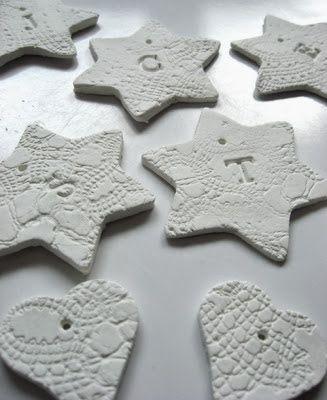 .MORGENSCHOEN. Weihnachtsanhänger aus lufttrocknender Modelliermasse, verziert mit Spitze und Stempeln