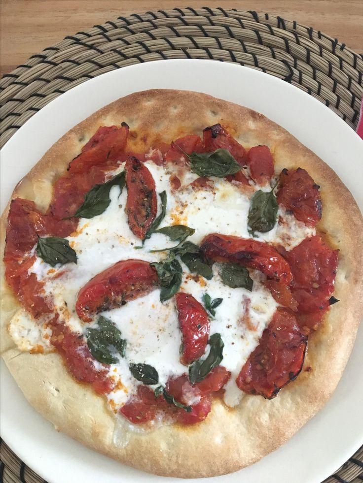 Bloemkoolpizza met burrata  Bloemkoolpizza AH  Zelfgemaakte tomatensaus:  Zongedroogde tomaten, 2 grote tomaten en een paar kersttomaten, tijm en look samen stoven tot gaar. Nog bij kruiden naar smaak.   Doe eerst de tomatensaus op de pizzabodem, gevolgd door burrata, peper, zout, basilicum en nog wat zongedroogde tomaten om af te werken.  Super simpel en heel lekker (tomatensaus ongeveer volgens recept pascale naessens