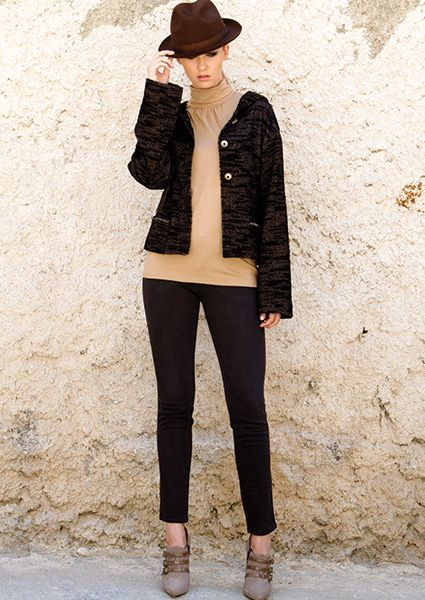 Easy to wear short - square chenil cardigan with buttons and pockets, essential sports piece that you will love it for your daily views Particular properties are staked on the sleeves and pockets