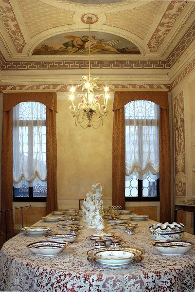 La sala da pranzo è decorata con gli affreschi di Jacopo Guardana e di Costantino Cedini e con stucchi settecenteschi, illuminata da due eleganti lampadari in vetro di Murano, questa sala ospita parte delle collezione di porcellane della famiglia. #saladapranzo #querinistampalia