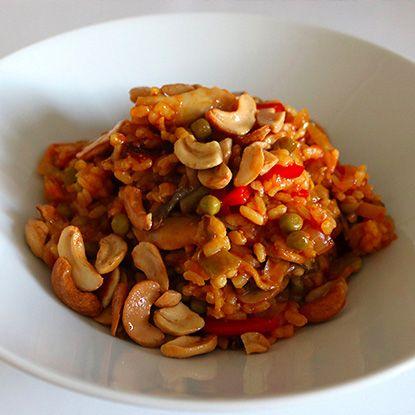 Paëlla végétarienne facile à faire 160 g de riz rond 1 oignon 1 gousse d'ail 75 g de petits pois 75 g d'haricots verts 125 g de champignons 1/2 poivron rouge 1/2 poivron jaune 200 g de tomates concassées en boite 75 g de noix de cajou non salées sel, poivre huile d'olive curry