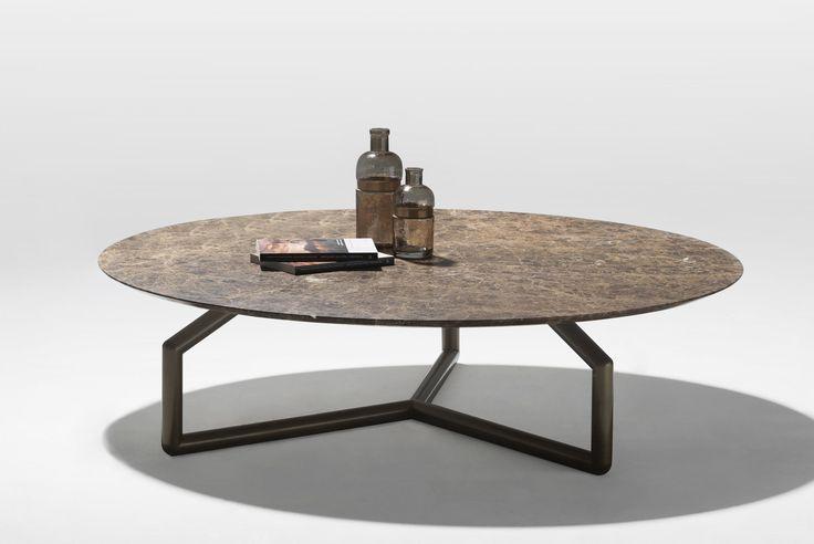 Questo coffee table tondo è la diretta conseguenza delle altre proposte della collezione, conservandone i tratti caratteristici. La struttura ottonata contrasta con il piano finemente smussato, in marmo Emperador o bianco di Carrara, vetro od essenza.  STUDIOMEMO Firenze